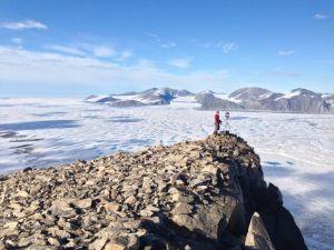 加拿大最后一个完好无损的冰架突然倒塌,形成了曼哈顿大小的冰山