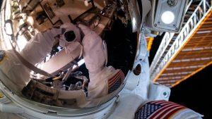 NASA宇航员在国际空间站外太空行走时掉落了一个小镜子